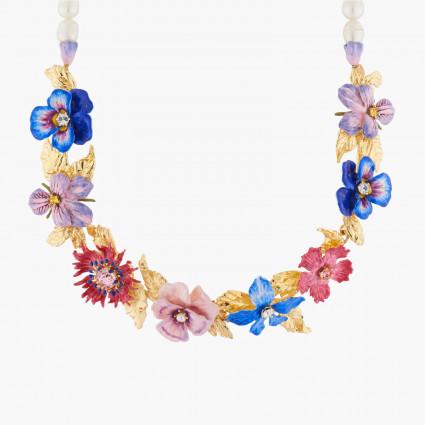 Gran mariposa de oro y claro en un collar de flores de ciruela