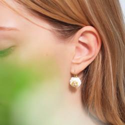 Boucles d'oreilles clip fleur rose au pistil strassé et petites baies rouges